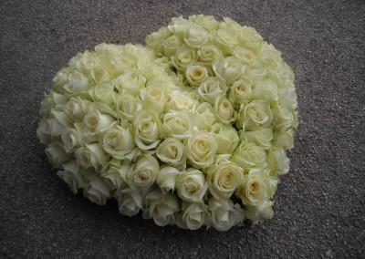 Coeur fleurs décès roses blanches